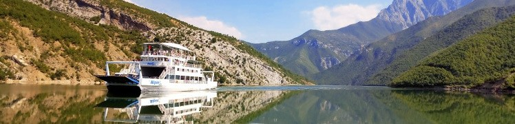Албанія - паром на озері Комані